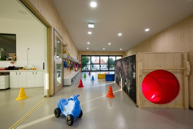 所以,在设计幼儿园室内环境时,必须考虑儿童年龄特征,用艳丽的色彩