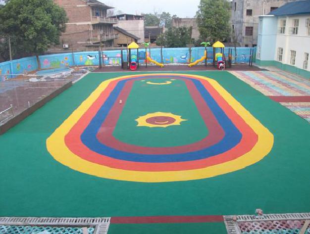 片来自一家小型幼儿园的塑胶跑道拍摄,跑道颜色鲜艳,卡通,多