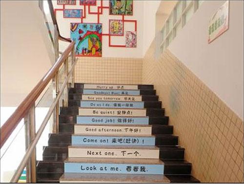 :一家幼儿园的楼梯效果,幼儿扶手选择在外侧,不过从图片中也可